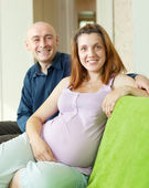 Happy pregnant couple in home — ストック写真