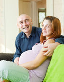 Happy pregnant couple — Stockfoto