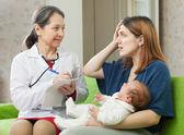 Frau erzählt arzt symptome des neugeborenen — Stockfoto