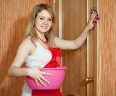 Glad tjej rengör möbler — Stockfoto