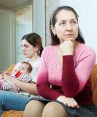 Conflitto tra la madre matura e figlia — Foto Stock
