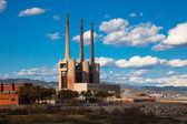 Schoorstenen van besos thermische elektriciteitscentrale in barcelona — Stockfoto