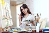 Молодая женщина краски дома мечты — Стоковое фото