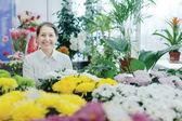 お花屋さんで幸せな成熟した女性 — ストック写真