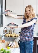 Donna bionda sorridente con pesce spigola — Foto Stock
