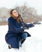 Flicka kastar snö — Stockfoto
