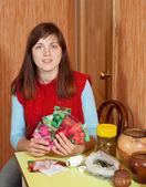 Jardinero hembra con semillas — Stok fotoğraf