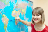 Mujer mostrando algo en mapamundi — Foto de Stock
