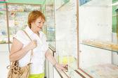 Mujer madura compra drogas — Foto de Stock