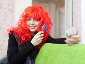 Mujer en rojo periwig — Foto de Stock
