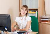 Geschäftsfrau, die im büro arbeiten — Stockfoto