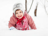 2 years baby girl in winter park — Stockfoto