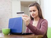 Kvinnan gör shopping på internet med kort — Stockfoto