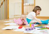 Veselá sourozenec hraje s tužky — Stock fotografie