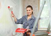 Mutlu kadın boya duvar — Stok fotoğraf