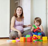 Mutlu hamile anne çocukla çalış — Stok fotoğraf