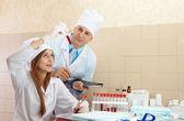 Läkare övervakar den ung sjuksköterskan — Stockfoto