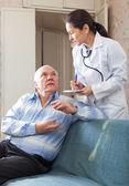 Doctor pidió senior paciente siente — Foto de Stock