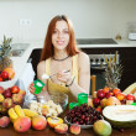 Woman cooking fruit salad with yoghurt — Stock Photo
