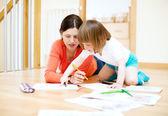 Madre e hijo dibujo sobre papel. centrarse en la mujer solamente — Foto de Stock
