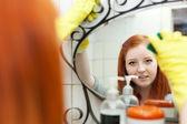 Genç kız ayna temizler — Stok fotoğraf