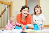 Mãe feliz e seus filhos — Fotografia Stock