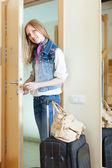 Mujer con puerta de conservación de equipaje — Foto de Stock
