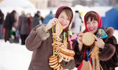 Women tasting pancake during Shrovetide — Stock Photo