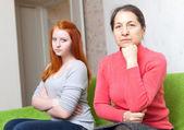 Madre e hija después de pelea en casa — Foto de Stock