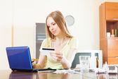Langharige vrouw kopen drugs online met laptop — Stockfoto