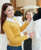 Girl chooses bridal dress at wedding store — Foto Stock