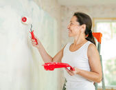 Woman makes repairs at home — Stock Photo