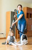 μητέρα και κόρη κάνουν καθαριότητα σπιτιού — Φωτογραφία Αρχείου