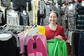 Kadın giysileri seçiyor — Stok fotoğraf