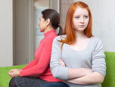 Mogen kvinna och dotter har konflikten — Stockfoto