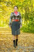 Glad kvinna promenader utomhus — Stockfoto