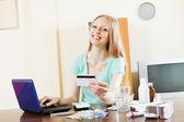 Femme, achat de médicaments en ligne avec ordinateur portable et carte — Photo