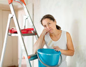Mature woman makes repairs at home — Stock Photo