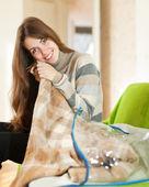 格子縞の幸せな女 — ストック写真