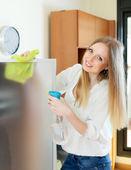 Домохозяйка очистки стекла — Стоковое фото
