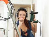 Sexy belle fille dans les écouteurs avec outils — Photo
