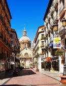 Shopping gatan och katedralen i sommar. zaragoza — Stockfoto