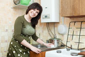 Happy housewife cleans the kitchen sink — Foto Stock