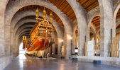 Imitation of war medieval ship in Museu Maritim de Barcelona — Stock Photo