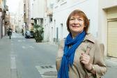 Donna anziana in strada della città — Foto Stock
