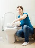 Donna pulizia toilette con spazzola e detergente — Foto Stock
