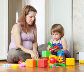 Pregnant mother plays with child in home — Fotografia Stock