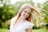 Positieve langharige vrouw — Stockfoto