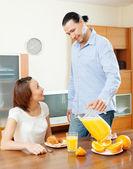 Feliz pareja desayunando — Foto de Stock