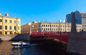 Red Bridge through Moyka River in Saint Petersburg — Stock Photo